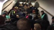 """""""Ne poussez pas !"""" L'agacement des usagers dans les couloirs bondés du métro à Paris"""
