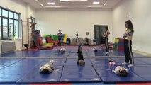 Minik sporcu babasıyla birlikte 'cimnastik' yapıyor - AFYONKARAHİSAR