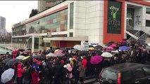 Doğa Kolejinin devriyle ilgili açıklamanın ertelenmesi veliler tarafından protesto edildi