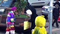 9 yaşındaki çocuğun simitlerini satamadığını fark eden bir grup genç, çizgi film karakterleri Tweety ve Sylvester'a bürünerek simitlerin satılmasını sağlamış.