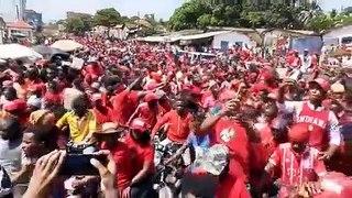 Une foule massive defile dans les rues de Conakry