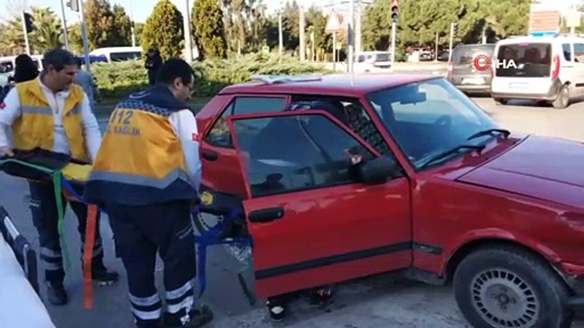 Samsun'da otomobiller çarpıştı...Yaralı kadına araç içinde müdahale edildi
