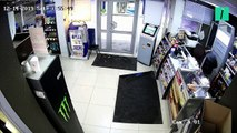 Cette employée d'une station service russe a repoussé un voleur... avec une serpillière