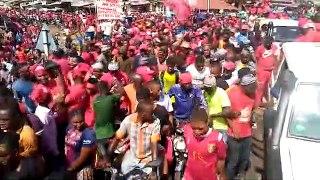 Une foule compacte dans les rues de Conakry contre