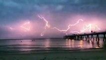Il filme un orage sublime dans le ciel d'Adélaïde... mieux qu'un feu d'artifice