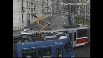 Une voiture se fait prendre en sandwich par deux tramways