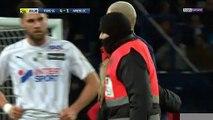 PSG : Mbappé signe un autographe en plein match à garçon !