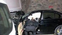 Lüks otomobil hafriyat kamyonuna çarptı 2 yaralı