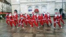 Plusieurs Pères Noël pour un flashmob