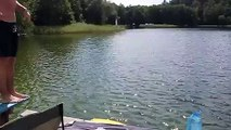Plat en plongeant d'un banc cassé au bord du lac...