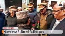 मुस्लिम समाज ने पुलिस को भेंट किए गुलाब