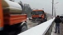 Voilà comment les russes déneigent les routes... efficace