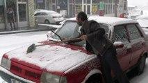 Ahlat'ta yoğun kar yağışı sürüyor