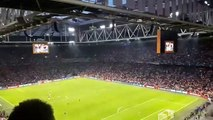 Ky-Mani Marley entona una icónica canción de su padre con los aficionados en el estadio de Ajax