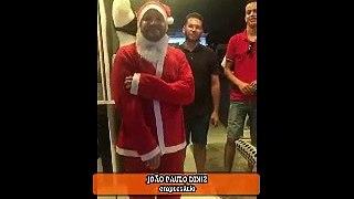 Empresário se veste de Papai Noel e distribui calçados e presentes para crianças em São José de Piranhas