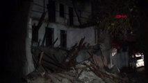 Adana'da terk edilmiş 3 katlı bina çöktü