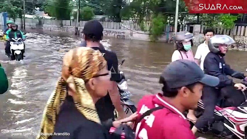 Jasa Angkut Motor Kebanjiran Rezeki di Tengah Banjir Jakarta