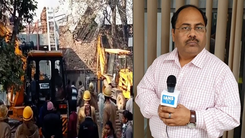 Firefighter dies as burning building collapses in Delhi