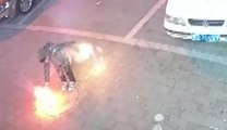 Este niño provoca la explosión de una alcantarilla mientras jugaba con fuegos artificiales en China