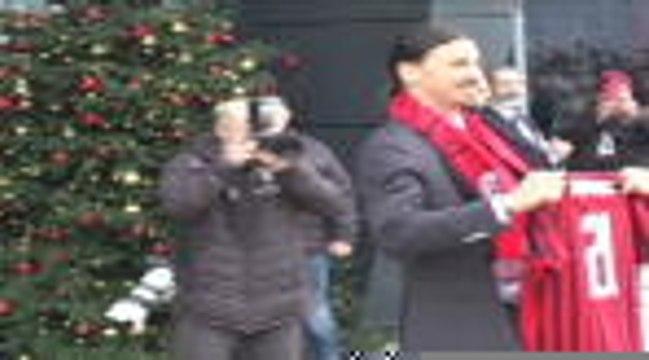 Milan - Ibrahimovic présente son maillot aux tifosi