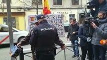 El PP difunde un vídeo de un hombre al que la Policía se lleva a la fuerza de Ferraz cuando se manifestaba por España