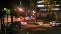 司机撞摩托车拖行2公里 路人截停还加速前行