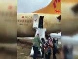 Pistten çıkan uçak böyle tahliye edildi