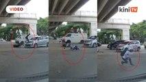 Pelik! Penunggang motosikal bersilat selepas dilanggar teruk