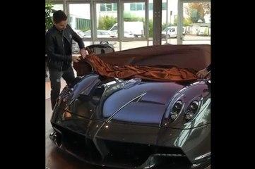 Jorge Lorenzo découvre sa Pagani Huayra Roadster à 2,5 M€