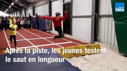 Après la_piste, les_jeunes testent le_saut en longueur