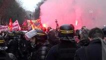 Fransa'da emeklilik reformu protestoları (2)
