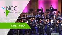 Mariachi y orquesta se fusionan para interpretar canciones tradicionales mexicanas.