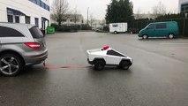 Un mini Cybertruck tracte une Mercedes