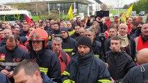 Manifestation des pompiers devant le conseil départemental de Charente-Maritime