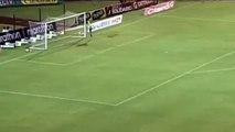 Yok böyle bir gol! Orta sahadan attı...