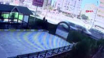 Diyarbakır minibüs kaldırımda yürüyen 2 kişiye çarpıp, etüt merkezi bahçesine girdi