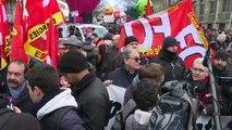"""Gobierno francés retira """"provisionalmente"""" medida más polémica de su reforma de pensiones"""
