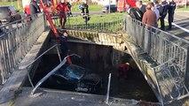 Une voiture finit sous un pont, dans l'eau, après une sortie de route