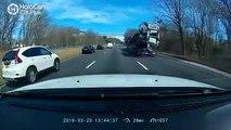 Ce conducteur de camion a oublié qu'il transportait des voitures en passant sous un pont