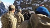Hakkari Valisi, beraberindeki komutanlarla operasyon bölgesini denetledi
