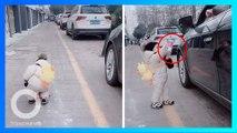 Bocah 1 tahun pungut sampah & kembalikan ke orang yang membuangnya dari mobil - TomoNews