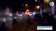 Populares colocam fogo em carro após colisão com moto em Cachoeiro de Itapemirim