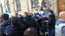 Les manifestants ont été délogés de l'entrée du lycée Daudet à Nîmes à la mi journée .