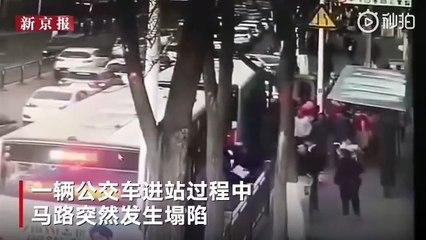 En Chine, un énorme gouffre dans la chaussée englouti un bus et tue 6 personnes