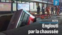 Un bus avalé par la chaussée en Chine fait plusieurs morts