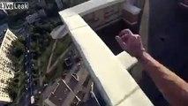 Il manque de tomber dans le vide en sautant sur le rooftop d'un immeuble !