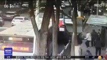 도로 꺼지고 버스 처박혀…몰려든 사람들 '2차 참사'