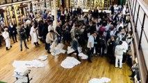 Les médecins de l'hôpital Saint-Louis à Paris jettent leurs blouses blanches contre le manque de moyens