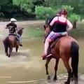 """2 """"cavaliers"""" trop gros et lourds... le cheval n'arrive plus à avancer !"""