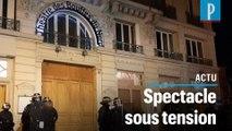 Manifestation anti-Macron devant un théâtre parisien